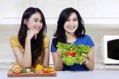 Милые девушки с здоровой едой Стоковая Фотография RF