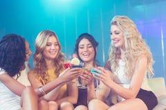 Милые девушки с коктеилями Стоковые Изображения RF