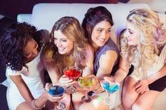 Милые девушки с коктеилями Стоковая Фотография