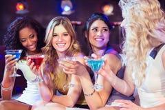 Милые девушки с коктеилями Стоковая Фотография RF
