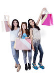 Милые девушки с хозяйственными сумками в студии Стоковые Изображения RF