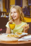 Милые девушки усмехаясь выпивая сок и Стоковое Изображение RF