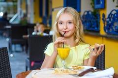 Милые девушки усмехаясь выпивая сок и Стоковые Изображения RF