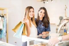 Милые девушки ходя по магазинам совместно Стоковые Изображения