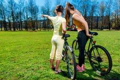 Милые девушки outdoors Стоковые Фотографии RF