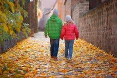 Милые дети идя в городок осени Стоковые Фотографии RF