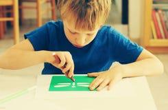 Милые 6 лет старого мальчика стоковая фотография
