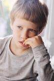 Милые 6 лет старого мальчика стоковые фотографии rf