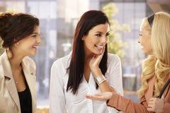 Девушки беседуя outdoors Стоковые Фотографии RF