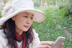 Милые женщина и мобильные телефоны Стоковые Фотографии RF