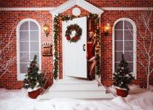 Милые женщины внешние в красных одеждах santa Стоковые Изображения