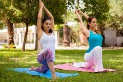 Милые женщины делая йогу Стоковые Изображения RF