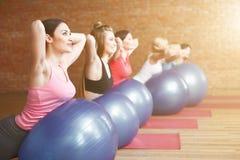 Милые женщины пригонки тренируют с оборудованием Стоковая Фотография RF