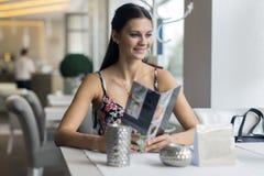 Милые женщины смотря меню в ресторане Стоковое Изображение