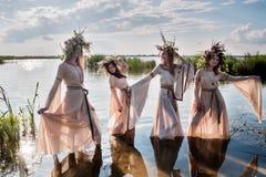 Милые женщины с венком цветка в воде стоковое фото rf