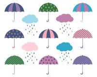 Милые зонтики вектора с дождевыми облако - плоским дизайном Иллюстрация штока