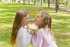 Милые 2 играя девушки Стоковое Изображение