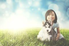Милые игры девушки с осиплым щенком Стоковое Фото