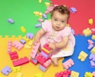 Милые игры ребёнка с пестротканой игрушкой блоков стоковая фотография rf
