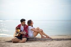 Милые испанские пары играя исполнять гитары Стоковое Изображение RF