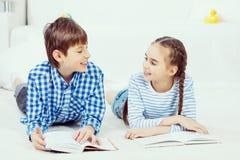 Милые книги чтения детей Стоковое Изображение