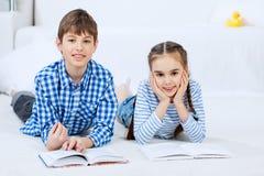 Милые книги чтения детей Стоковое Фото