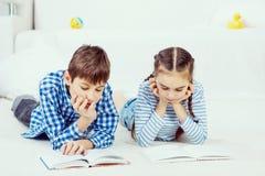 Милые книги чтения детей Стоковые Фото
