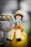 Милые куклы ребенка в саде стоковое фото
