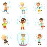 Милые маленькие девочки и мальчики дуя и играя пузыри мыла бесплатная иллюстрация