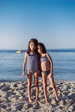Милые маленькие девочки на пляже стоковое изображение rf