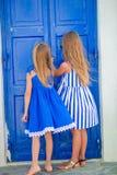 Милые маленькие девочки на улице типичной греческой традиционной деревни в Греции Стоковые Изображения RF