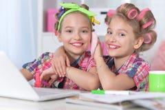 Милые маленькие девочки украшая Стоковые Изображения RF