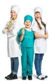 Милые маленькие дети одетые как смотреть доктора Стоковые Изображения