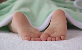 Милые маленькие ноги младенца Стоковое Изображение