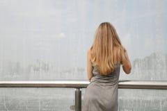 Милые молодая женщина и фонтан Стоковая Фотография RF