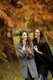 Милые молодые женщины в парке осени Стоковые Фото