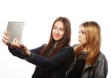 Милые молодые женщины принимая автопортрет Стоковая Фотография RF