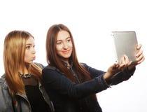 Милые молодые женщины принимая автопортрет Стоковые Фотографии RF