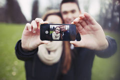 Милые молодые пары принимая автопортрет стоковые фотографии rf
