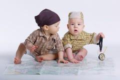 Милые младенцы планируя перемещение с картой Стоковое фото RF