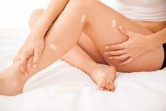 Милые ноги заполненные с повязками Стоковые Фотографии RF
