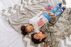 Милые очаровательные дамы daydreaming в кровати Стоковые Фотографии RF