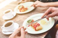 Милые парень и девушка имеют завтрак Стоковое фото RF