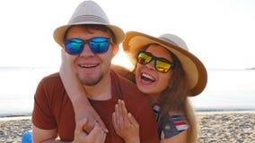 Милые пары в влюбленности имея потеху на праздниках пляжа совместно акции видеоматериалы