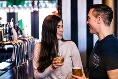 Милые пары говоря в баре Стоковые Фото