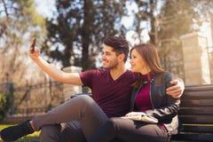 Милые пары делая selfie в парке Стоковое Фото