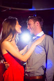Милые пары замедляют танцевать совместно Стоковая Фотография
