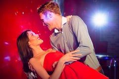 Милые пары замедляют танцевать совместно Стоковая Фотография RF