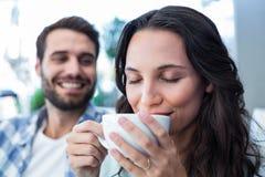 Милые пары имея кофе совместно Стоковые Фотографии RF