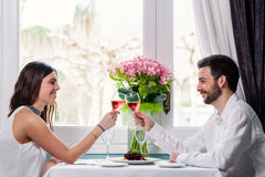 Милые пары имея романтичный обедающий Стоковые Изображения